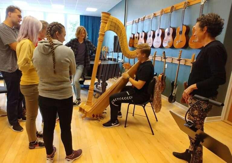 Eleverne prøver harpen, foto: Bjørn Meldgaard