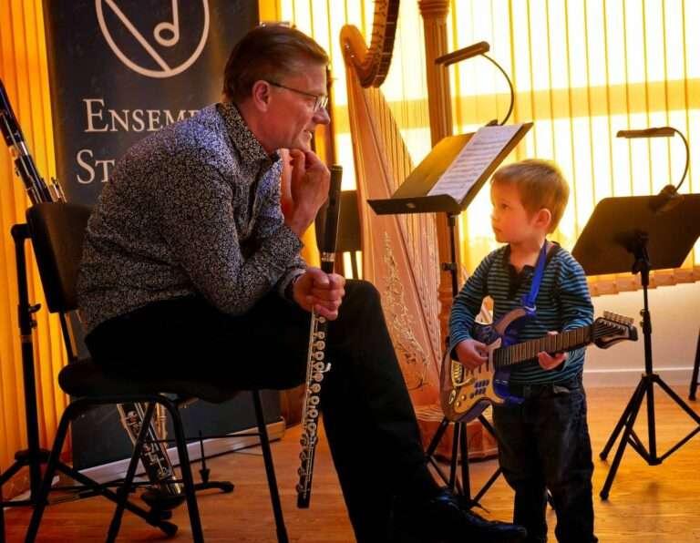 Lille dreng med guitar, foto: Bjørn Meldgaard