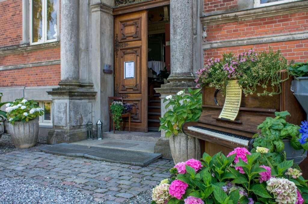 Indgangen til Fuglsang - med klaver!